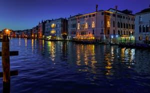 La magie des nuits de Venise : le Grand Canal avec la Ca' d'Oro et la Ca' Sagredo.
