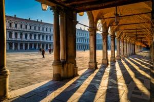 Jeux de lumière sous les Procuraties place Saint-Marc à Venise.