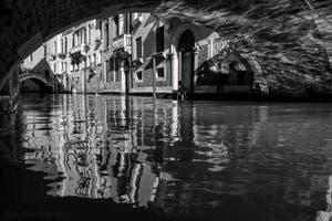 Les reflets du Rio de Palazzo dans le Sestier de Saint-Marc à Venise.