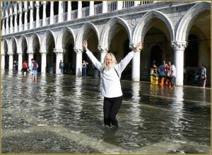 Daniela pendant une Acqua Alta place Saint-Marc à Venise.