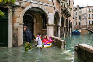 Acqua Alta de Novembre 2019 à Venise, jeunes Vénitiens devant le Sotoportego del Magazen dans le Cannaregio à Venise.