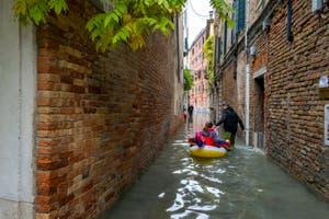 Acqua Alta de Novembre 2019 à Venise, jeunes Vénitiens Rio Terà dei Biri dans le Cannaregio à Venise.