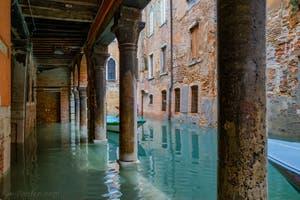 Acqua Alta de Novembre 2019 à Venise, Sotoportego et Rio de la Panada, dans le Cannaregio à Venise.