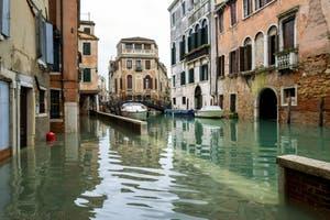 Acqua Alta de Novembre 2019 à Venise, la Fondamenta dei Felzi et le pont dei Consafelzi dans le Castello à Venise.