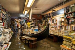 Acqua Alta de Novembre 2019 à Venise, la librairie Acqua Alta, Corte del Tintor dans le Castello à Venise.