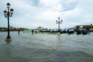 Acqua Alta de Novembre 2019 à Venise, les gondoles sur la Riva degli Schiavoni dans le Castello à Venise.