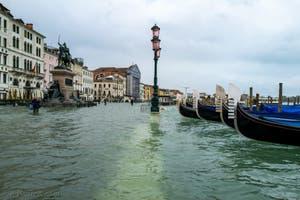 Acqua Alta de Novembre 2019 à Venise, la Riva degli Schiavoni et le monument Vittorio Emanuele II dans le Castello à Venise.