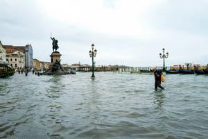 Acqua Alta de Novembre 2019 à Venise, les gondoles de la Riva degli Schiavoni et le monument Vittorio Emanuele II dans le Castello à Venise.