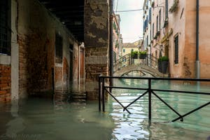 Acqua Alta de Novembre 2019 à Venise, le Sotoportego de la Stua et le Rio de San Zaninovo dans le Castello à Venise.
