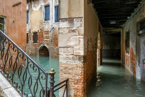 Acqua Alta de Novembre 2019 à Venise, le Rio de San Zaninovo et le Sotoportego de la Stua dans le Castello à Venise.
