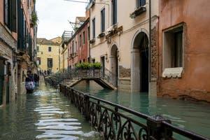 Acqua Alta de Novembre 2019 à Venise, le Rio de San Zaninovo et la Fondamenta del Rimedio dans le Castello à Venise.