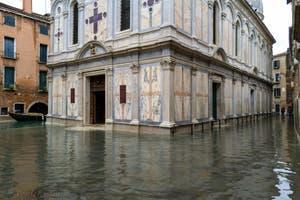 Acqua Alta de Novembre 2019 à Venise, la Calle Fianco la Chiesa, le Campo et l'église Santa Maria dei Miracoli dans le Cannaregio à Venise à Venise.