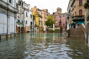 Acqua Alta de Novembre 2019 à Venise, le Campiello dei Miracoli, le pont et le Campo Santa Maria Nova dans le Cannaregio à Venise.