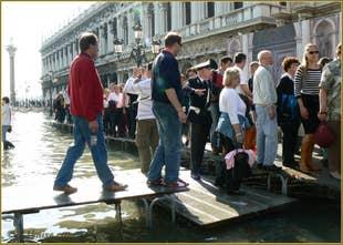Aqua Alta à Venise avec agent de police pour la circulation piétons !