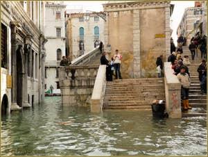 L'acqua alta record du 1er décembre 2008 au pont du Rialto à Venise.