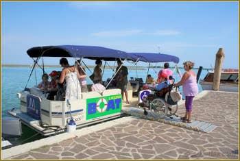 Bateau aménagé pour les personnes à mobilité réduite à Venise.