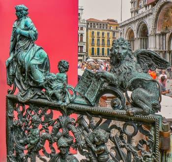 Portes de bronze d'Antonio Galli de la Loggia du Campanile de Saint-Marc à Venise