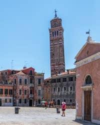 Campanile Santo Stefano vu du Campo San Anzolo, à Saint-Marc à Venise.