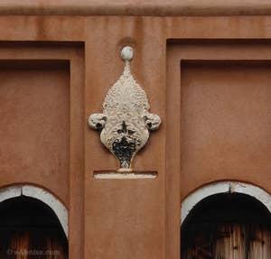 Fragment architectural du XVe siècle en forme de fleur de style gothique ornant le campanile de San Felice à Venise