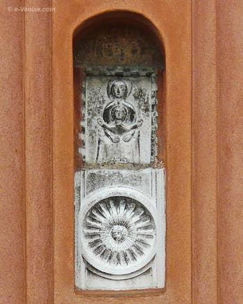 Bas relief du XIIIe siècle représentant une Madone sur un trône et qui tient dans ses bras un enfant aux bras grands ouverts de type Kyriotissa - Campanile de San Felice à Venise