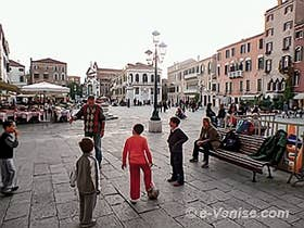 Les enfants sur le Campo Santo Stefano