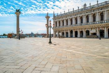 Les colonnes de la Piazzetta San Marco et la bibliothèque Marciana à Venise.
