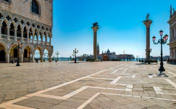 Le Palais des Doges et la Piazzetta San Marco et ses colonnes à Venise.
