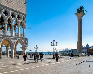 Le Palais des Doges et la Piazzetta San Marco et la colonne au lion de Saint-Marc à Venise.