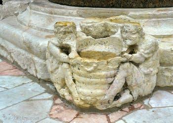 Sculptures aux pieds des colonnes de la Piazzetta San Marco à Venise.