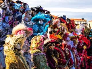 Carnaval : location de costume traditionnel, déjeuner spectacle, tour en gondole et parade des costumes sur la Place Saint-Marc.