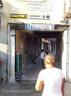 L'entrée du Sotoportego de San Zaccaria depuis la Riva degli Schiavoni à Venise