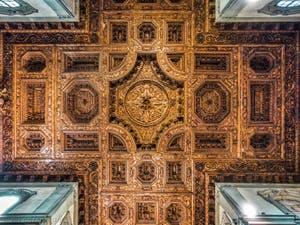 Choeur et plafond à caissons de bois de Felice Gamberai (1630) de l'église de la Badia Fiorentina à Florence en Italie