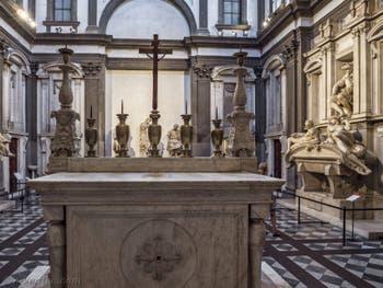 L'Autel de la Sacrestia Nuova, la chapelle Médicis de Michel-Ange à Florence en Italie