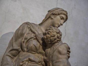 Statue de la Vierge à l'enfant par Michel-Ange, Sacrestia Nuova à Florence en Italie