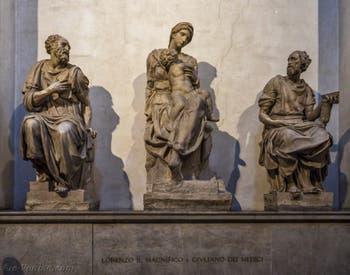 Statues de saint Côme, Vierge à l'enfant de Michel-Ange et saint Damien, Sacrestia Nuova, la chapelle Médicis de Michel-Ange à Florence en Italie