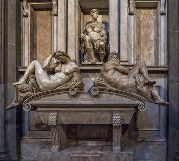 Tombeau de Giuliano de Médicis par Michel-Ange, Sacrestia Nuova, la chapelle Médicis à Florence en Italie