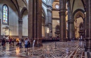 La nef centrale de la Cathédrale Santa Maria del Fiore ou Duomo à Florence en Italie