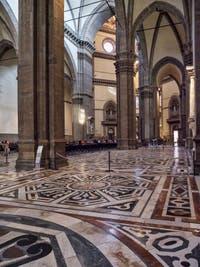 Nef droite latérale de la Cathédrale Cathédrale Santa Maria del Fiore, le Duomo à Florence en Italie