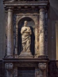 Statue du Roi David dans une niche de marbre dans la nef droite de la Cathédrale Santa Maria del Fiore à Florence en Italie