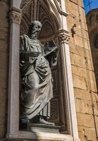 Baccio da Montelupo, Saint-Jean évangéliste, statue de bronze de 1515 et tabernacle d'Andrea Pisano de 1340 pour les guildes de la soie et des orfèvres, église Orsanmichele Florence Italie