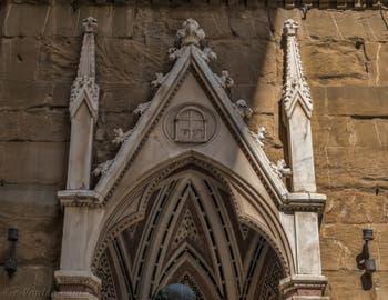 Baccio da Montelupo, saint Jean Évangéliste, statue de bronze de 1515 et tabernacle d'Andrea Pisano de 1340 pour les guildes de la soie et des orfèvres, église Orsanmichele Florence Italie