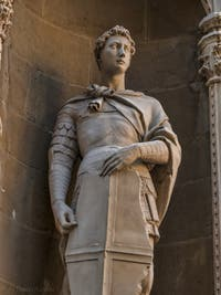 Donatello, Statue de Saint-Georges en marbre de 1416, tabernacle avec un bas-relief montrant Saint-Georges libérant la fille du roi, pour la guilde des armuriers, église Orsanmichele à Florence Italie