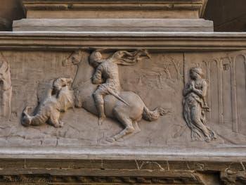 Donatello, Statue de saint Georges en marbre de 1416, tabernacle avec un bas-relief montrant saint Georges libérant la fille du roi, pour la guilde des armuriers, église Orsanmichele à Florence Italie