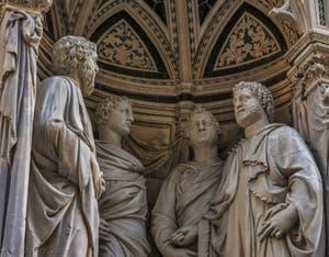 Nanni di Banco, Quatre Saints couronnés, statues de marbre 1409-1417 et tabernacle de la guilde des tailleurs de pierre et des menuisiers, église Orsanmichele à Florence en Italie