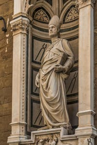 Nanni di Banco, statue de Saint-Eloi en marbre et tabernacle avec le miracle du Saint, réalisé en 1421 pour la guilde des forgerons et maréchaux-ferrants, église Orsanmichele à Florence Italie