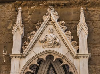 Nanni di Banco, statue de saint Éloi en marbre et tabernacle avec le miracle du Saint, réalisé en 1421 pour la guilde des forgerons et maréchaux-ferrants, église Orsanmichele à Florence Italie