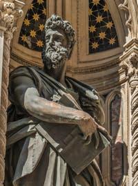 Giambologna, Statue en bronze de Saint-Luc de 1602 et tabernacle de Niccolo di Pietro Lamberti de 1406 réalisé pour la guilde des juges et notaires, église Orsanmichele à Florence Italie