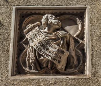 Giambologna, Statue en bronze de saint Luc de 1602 et tabernacle de Niccolo di Pietro Lamberti de 1406 réalisé pour la guilde des juges et notaires, église Orsanmichele à Florence Italie