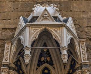 Pietro Giovanni Tedesco, Madonna delle Rosa, la vierge rose, statue en marbre de 1399, tabernacle de Jacopo di Piero Guidi, Simone Talenti, pour la guilde des médecins et épices, église Orsanmichele à Florence en Italie