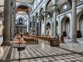 Nef de l'église Basilique San Lorenzo Médicis à Florence en Italie